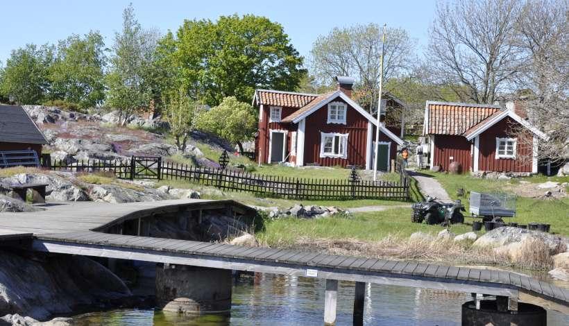 I den lilla byn på Bullerö finns 4 st rödmålade stugor från tidigt 1800-tal och höns och får går fritt.