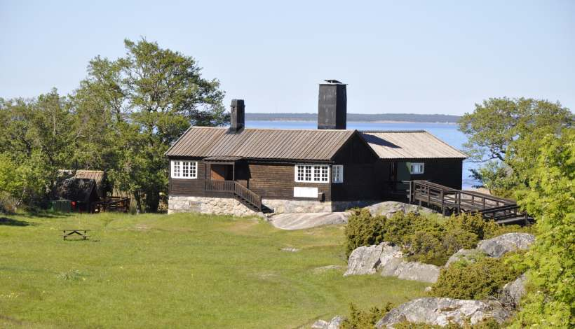 Konstnären Bruno Liljefors byggde jaktstugan 1909. Idag är huset ett skärgårdsmuseum om ön och dess natur.
