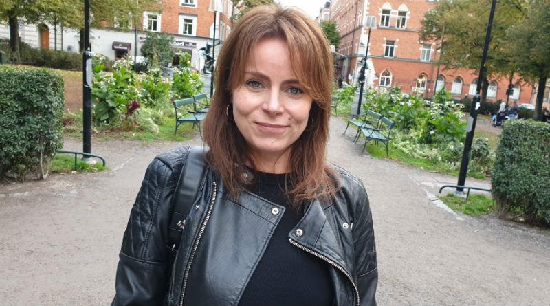 Linda Djapo befinner sig i Mariaparken på Södermalm i Stockholm. Hon har långt, brunt hår; blåa ögon och svarta kläder. Linda säger att hon gör sitt liv rikare genom att byta karriär.