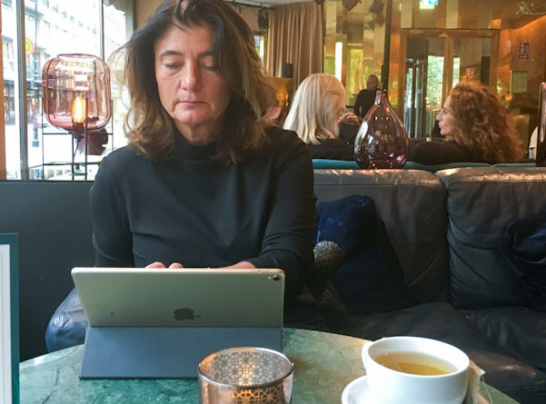 Lena Andersson sitter gärna och jobbar på hotell