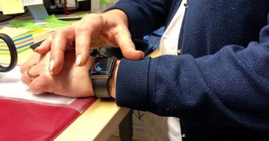 Forskaren Christine Gustafsson visar sina smarta klocka.