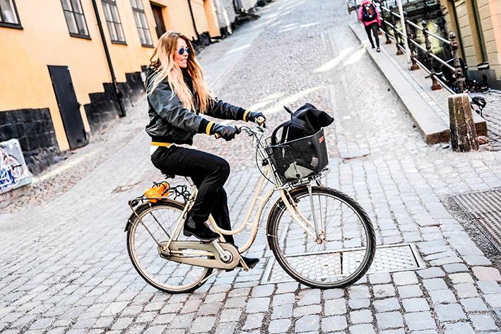 Ingunn väljer ovan jord och cykel som transportmedel, istället för tunnelbanan.