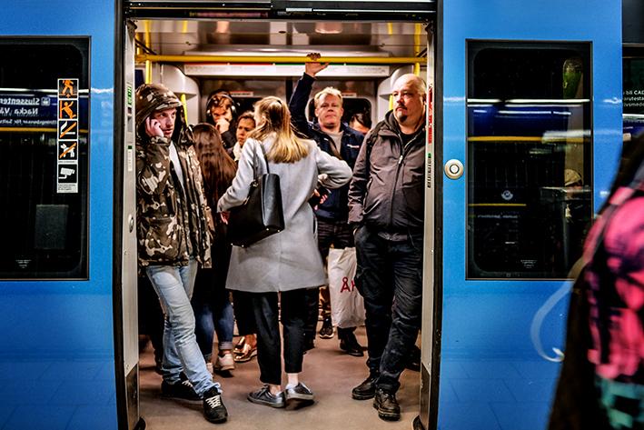 Trångt på tunnelbanans gröna linje mot Hagsätra