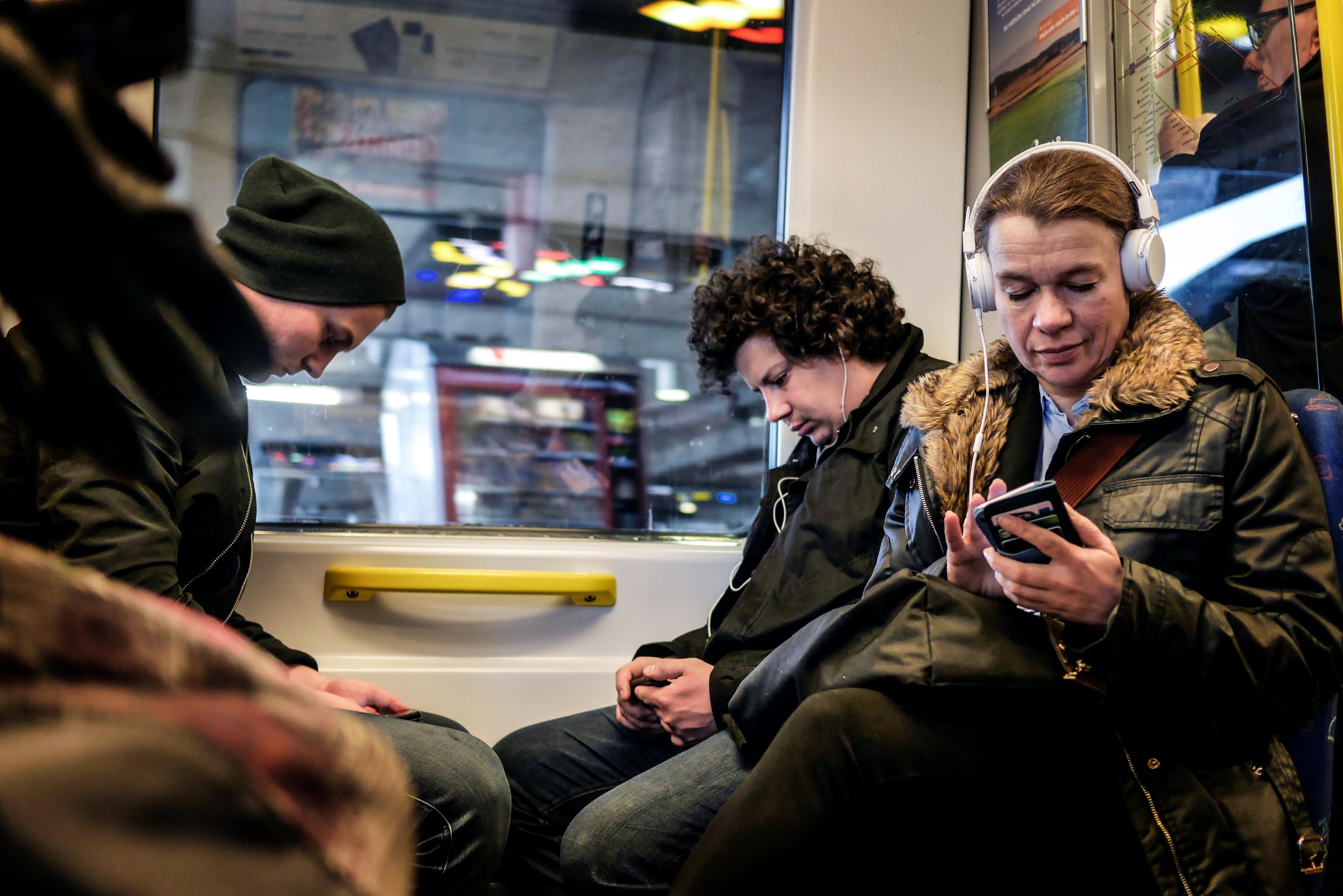 Människor på gröna linjens tunnelbana