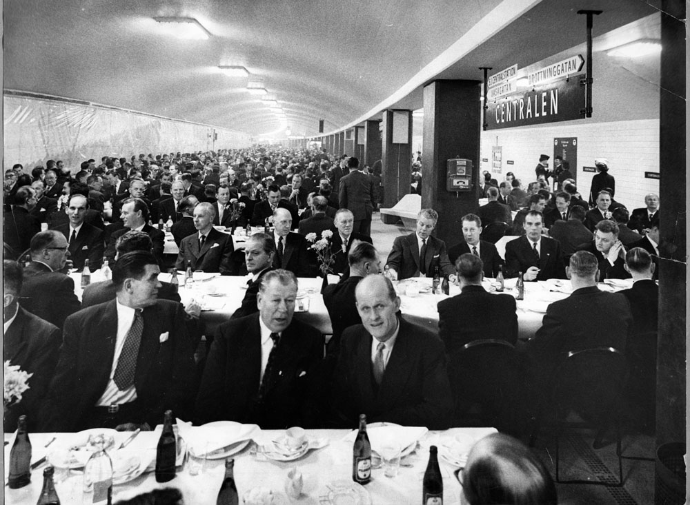 Fotografi från Spårvägsmuseet föreställande den taklagsfest på Centralen (nuvarande T-Centralen) som Stockholms Spårvägar arrangerade den 23 november 1957.