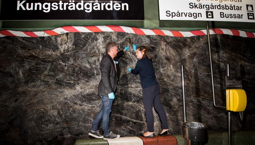 Forskare vid provtagning på tunnelbanans vägg.