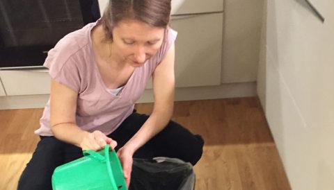 Annika tömmer matavfall i bokashihinken