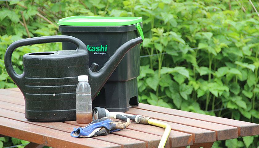 Bokashihink med kran och vattenkanna.