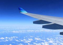 Flygplansvinge i luften.