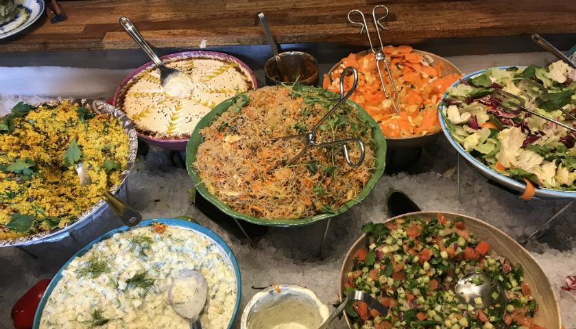Några av rätterna på Hermans lunchbuffé, bland annat morotssallad, hummus och potatissallad.
