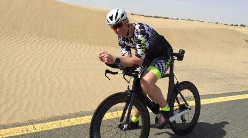 man på cykel i öknen