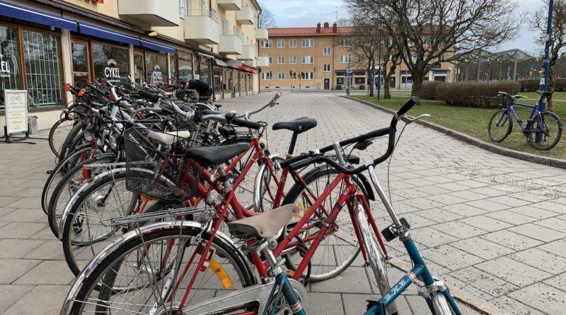 många cyklar utanför verkstad
