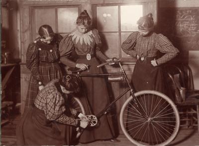 Fyra kvinnor som reparerar en cykel