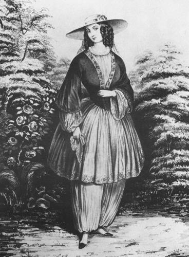 Svartvit bild på Amelia Bloomer, kvinna i hatt. Cykelmode