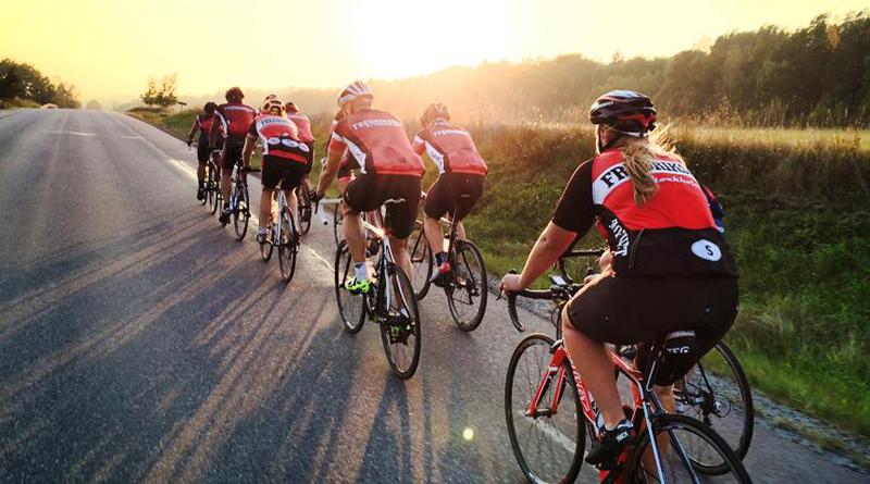 Att vara med i en cykelklubb inom landsvägscykling innebär cykling i klunga. Här bild på ett träningspass med Fredrikshovs cykelklubb där de cyklar i klunga.