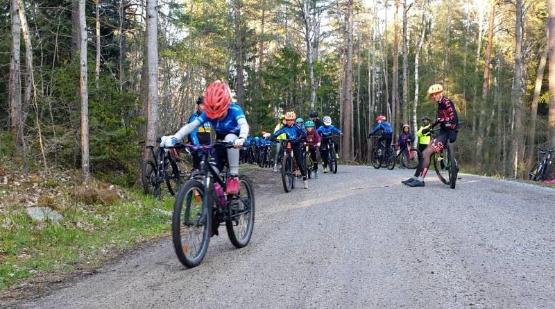 En grupp ungdomar som cyklar ett träningspass i MTB Täby
