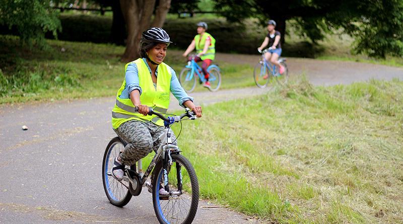 Tre personer som cyklar