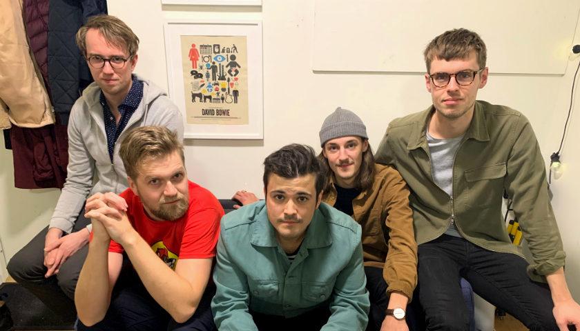 Bild på fem av sju killar som spelar i bandet Division 7.