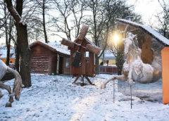 Den nya lekplatsen på Östermalm, i snö med flera små hus och hästar