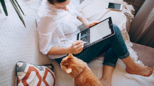 kvinna som jobbar hemma sittandes i soffan